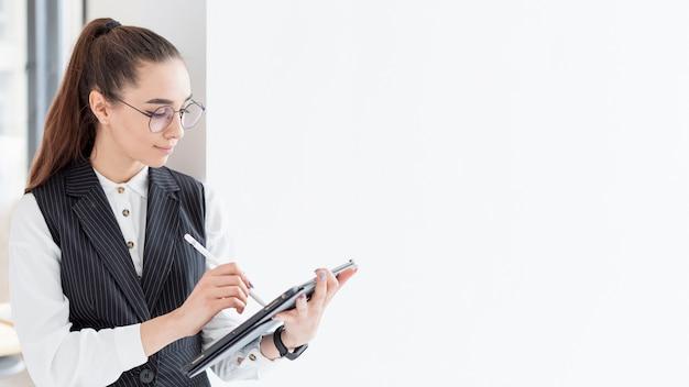 Mujer adulta trabajando en proyecto con espacio de copia