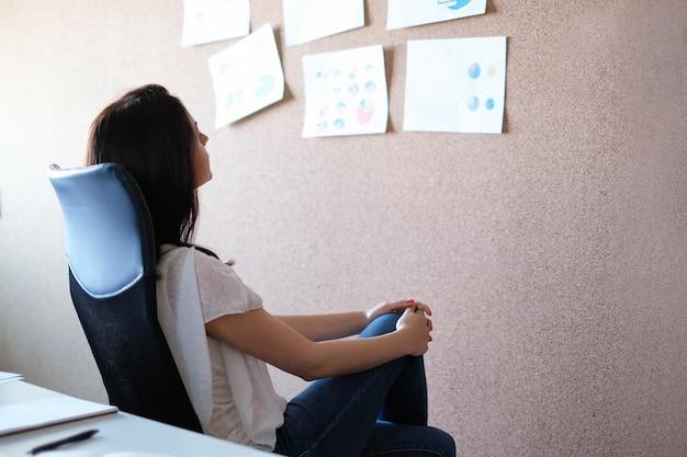 Mujer adulta, trabajar en oficina