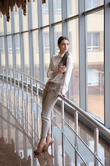 Mujer en el aeropuerto internacional. pasajero femenino en la terminal.