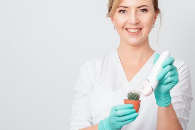 Mujer afeita cactus verde.