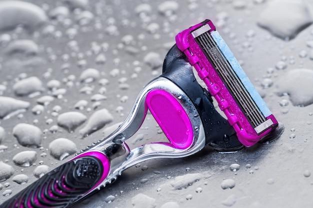Mujer de afeitar desechable mojada