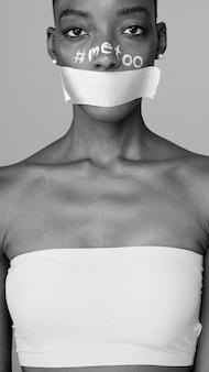 Mujer africana con boca encintada para campaña feminista