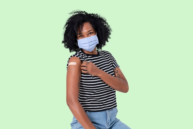 Mujer africana vacunada presentando hombro
