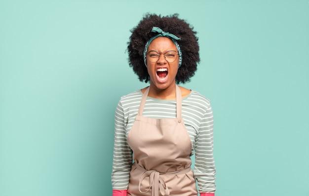 Mujer afro negra gritando agresivamente