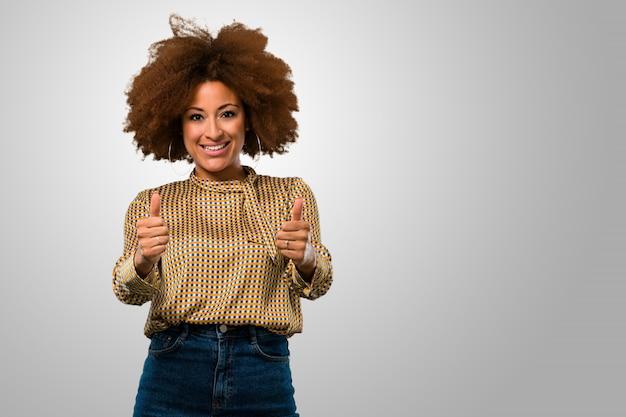 Mujer afro con los pulgares para arriba