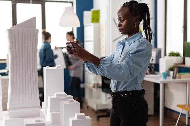 Mujer afroamericana como arquitecto profesional