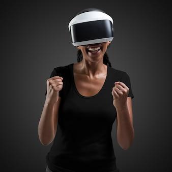 Mujer afroamericana con experiencia de realidad virtual con auriculares vr