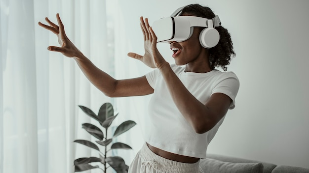 Mujer afroamericana experimentando simulación de realidad virtual