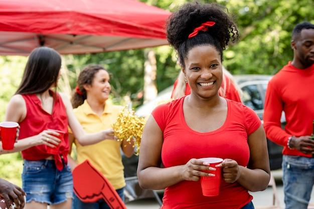 Mujer afroamericana en una fiesta en el portón trasero
