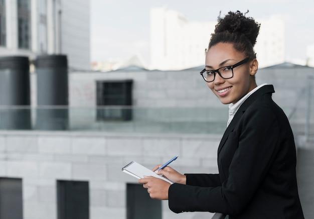 Mujer afroamericana con gafas
