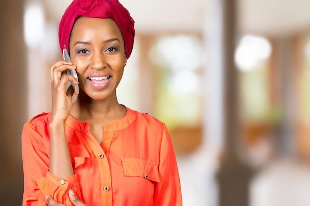 Mujer afroamericana hablando y enviando mensajes de texto