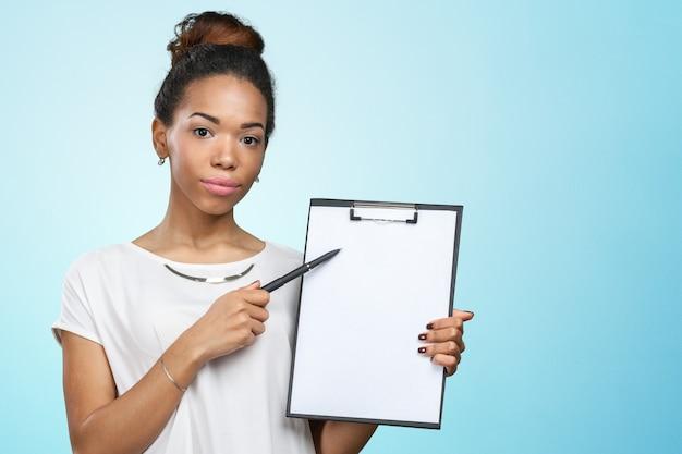 Mujer afroamericana hermosa joven con el tablero