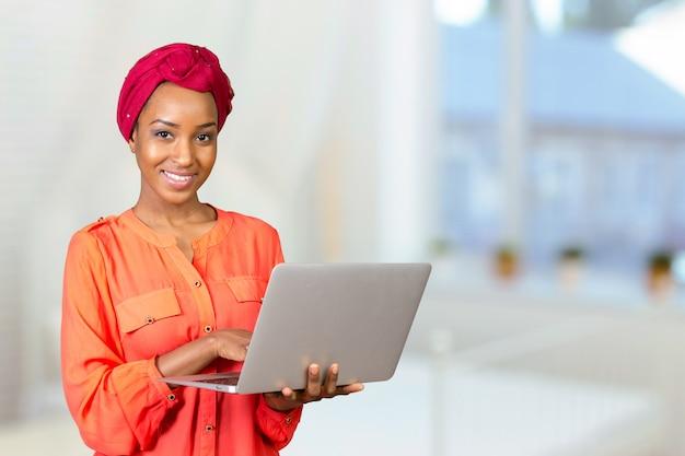 Mujer afroamericana con laptop