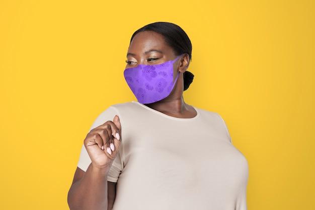 Mujer afroamericana con mascarilla para prevenir covid 19