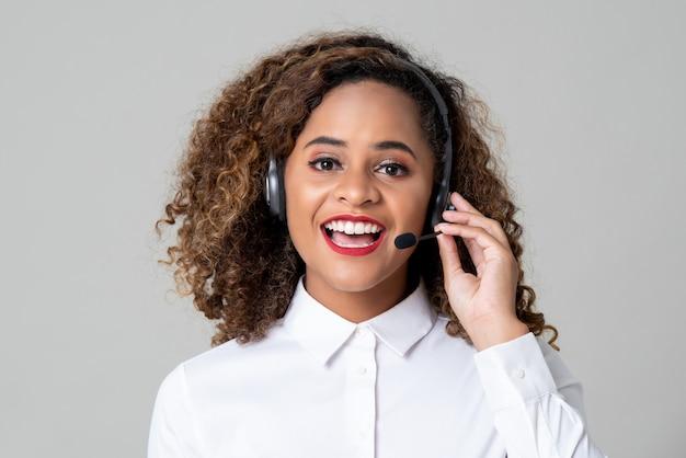 Mujer afroamericana con mentalidad de servicio con audífonos como personal del centro de llamadas