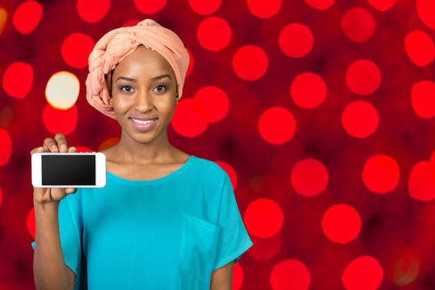 Mujer afroamericana mostrando smartphone