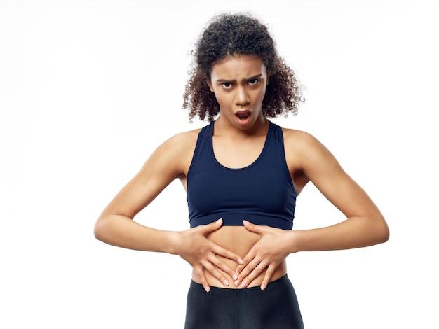 Mujer afroamericana de piel oscura posando en un chándal y haciendo deporte