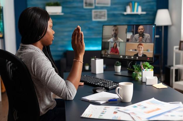 Mujer afroamericana saludo a colegas empresarios discutiendo ideas de clases de marketing