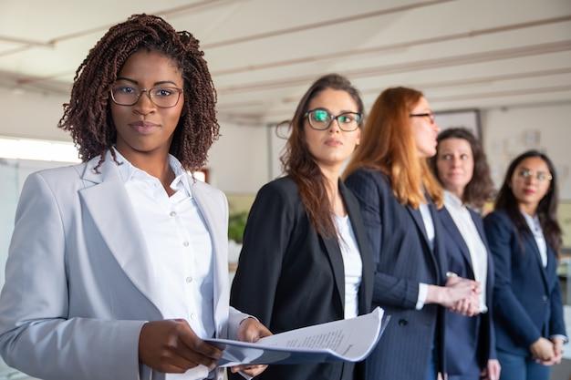 Mujer afroamericana segura con documentos en papel