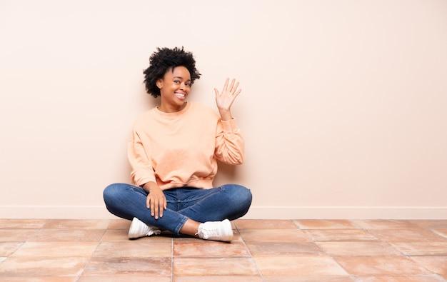 Mujer afroamericana sentada en el piso
