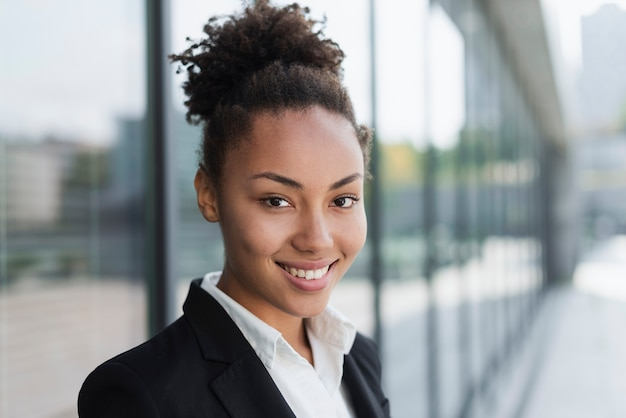 Mujer afroamericana sonriendo cerca