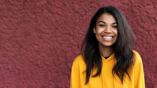 Mujer afroamericana sonriendo con espacio de copia