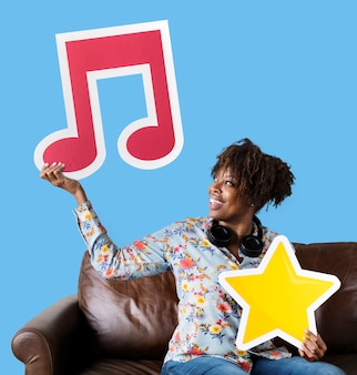Mujer afroamericana sosteniendo una nota musical