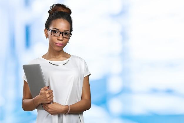 Mujer afroamericana sosteniendo portátil