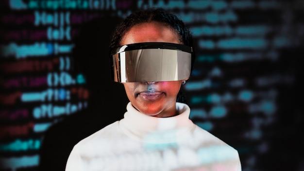 Mujer afroamericana en tecnología inteligente de gafas de realidad virtual
