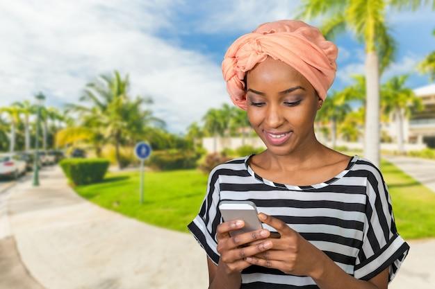 Mujer afroamericana con un teléfono móvil