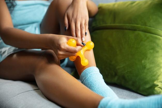 Mujer afroamericana con toalla haciendo su rutina diaria de cuidado de la piel en casa.