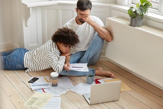 Mujer afroamericana trabaja con su pareja en casa