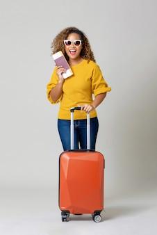 Mujer afroamericana turista con equipaje