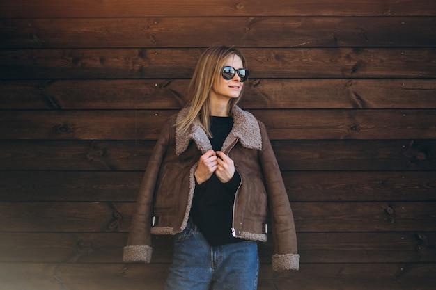 Mujer afuera en el fondo de madera