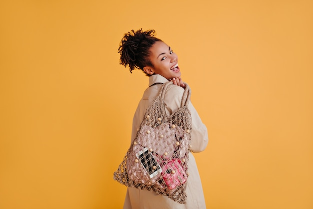 Mujer agraciada posando con bolsa de hilo