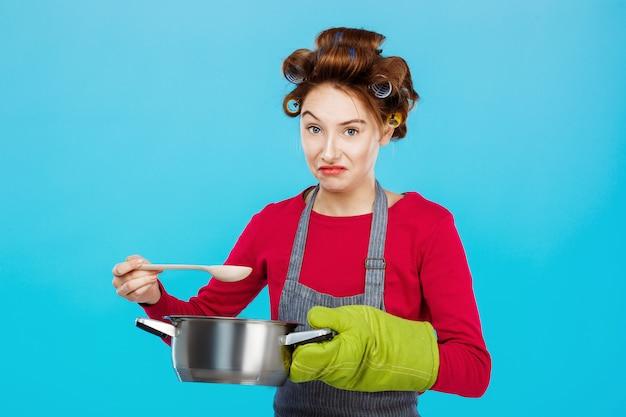 A la mujer agradable no le gusta oler comida casera para la cena