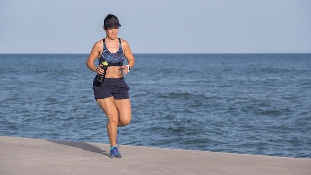 Mujer al lado del mar corriendo