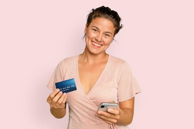 Mujer alegre adicta a las compras con tarjeta de crédito pago sin efectivo