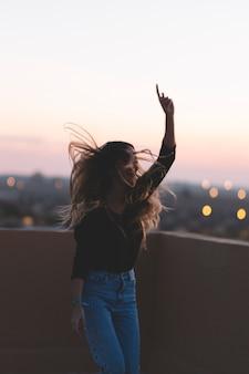 Mujer alegre bailando en el techo