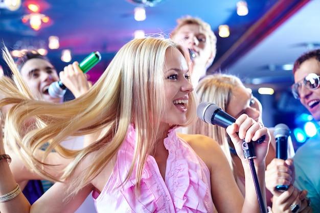 Mujer alegre cantando
