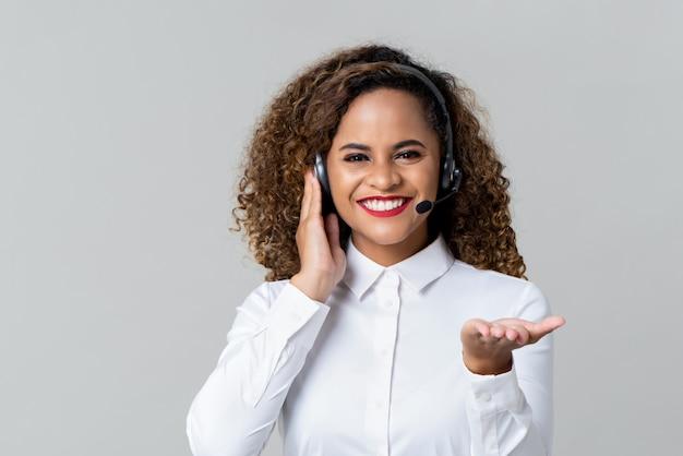 Mujer alegre centro de llamadas con auriculares