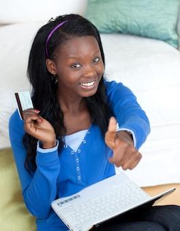 Mujer alegre de compras en línea
