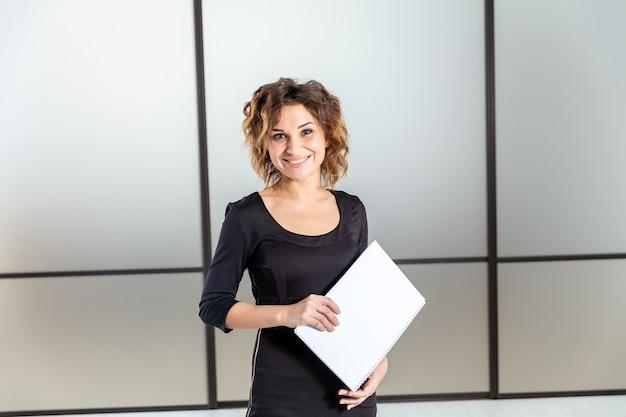 Mujer alegre con documentos aislados.
