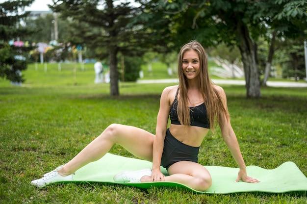 Mujer alegre ejercicio al aire libre