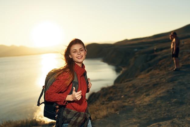 Mujer alegre excursionista al aire libre paisaje de montañas rocosas vacaciones de sol