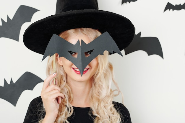 Mujer alegre con máscara de halloween
