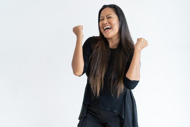 Mujer alegre de mediana edad celebrando el éxito