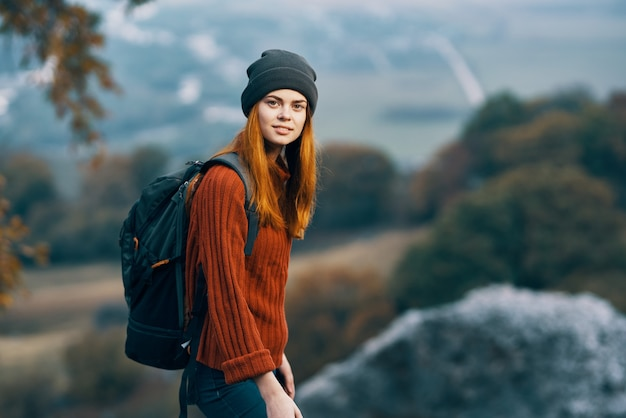 Mujer alegre con mochila paisaje montañas viajes