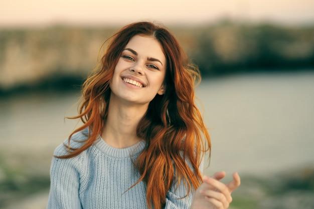 Mujer alegre naturaleza y viajes estilo de vida al aire libre