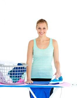 Mujer alegre planchando su ropa